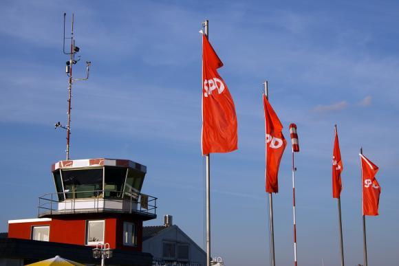 SPD-Fahnen am Flugplatz Hamm